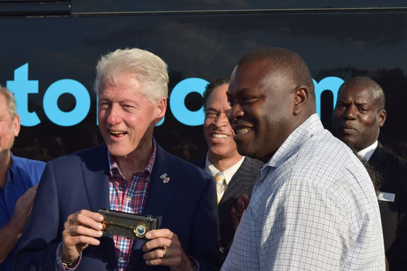 Mayor Terrell Hill presents the Key to the City of Palatka to President Bill Clinton.